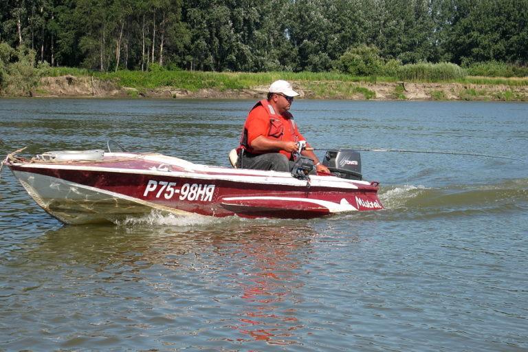 Как ловить троллингом на реке?
